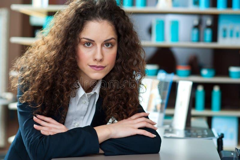 Привлекательное работник службы рисепшн женщины стоковое изображение