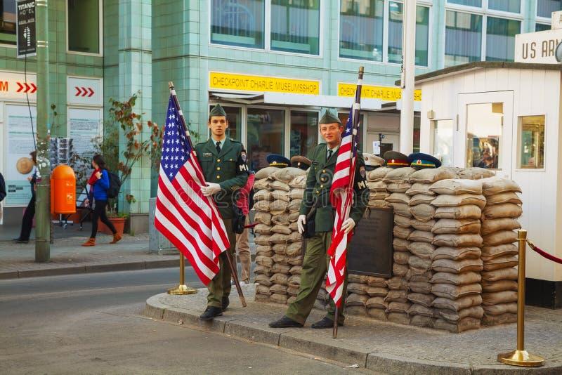 Привлекательность Чарли контрольно-пропускного пункта touristic в Берлине стоковое изображение rf