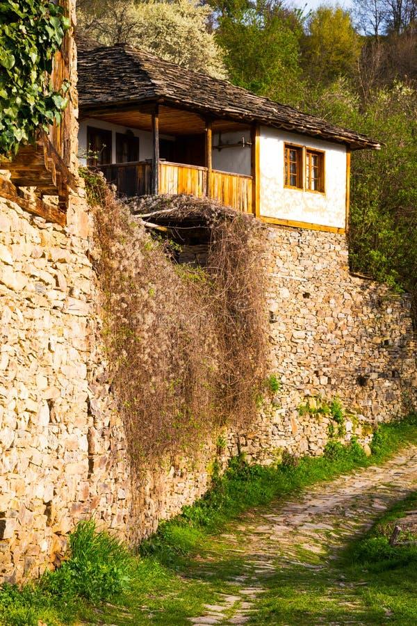 Привлекательно старомодный старый дом в деревне Leshten в Болгарии стоковое фото rf