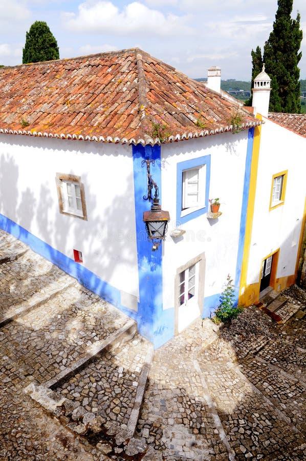 Привлекательно старомодный угловой дом, деревня Obidos средневековая, перемещение Европа стоковая фотография rf