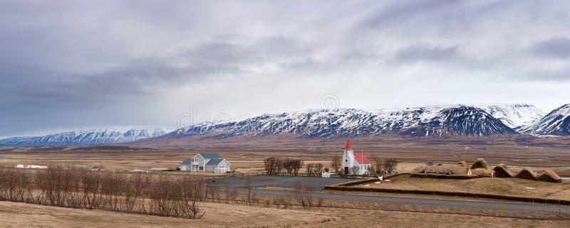 Привлекательно старомодный церковь около горы Исландии стоковая фотография rf