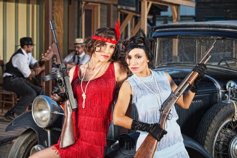 Привлекательные женские гангстеры с оружи стоковые фотографии rf