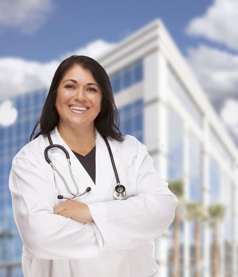 Привлекательные испанские доктор или медсестра перед зданием стоковые изображения rf