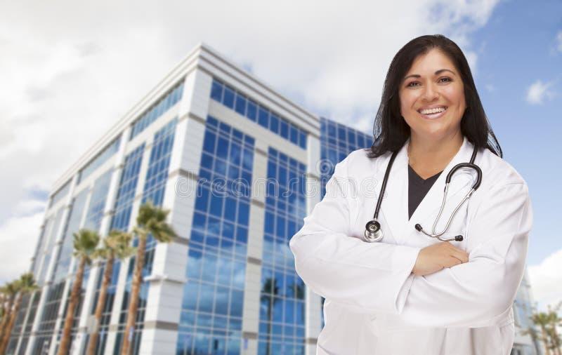 Привлекательные испанские доктор или медсестра перед зданием стоковые изображения