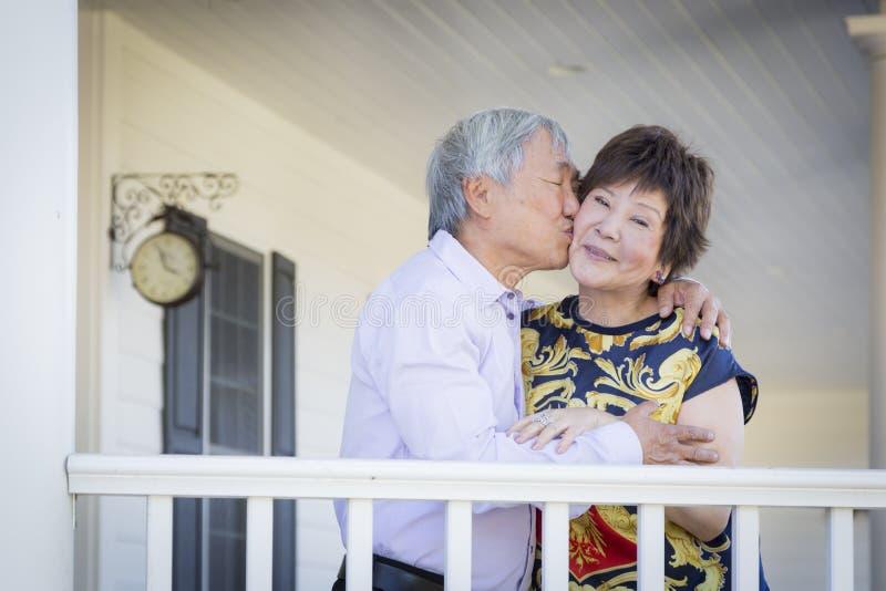 Привлекательные китайские пары наслаждаясь их домом стоковые фотографии rf
