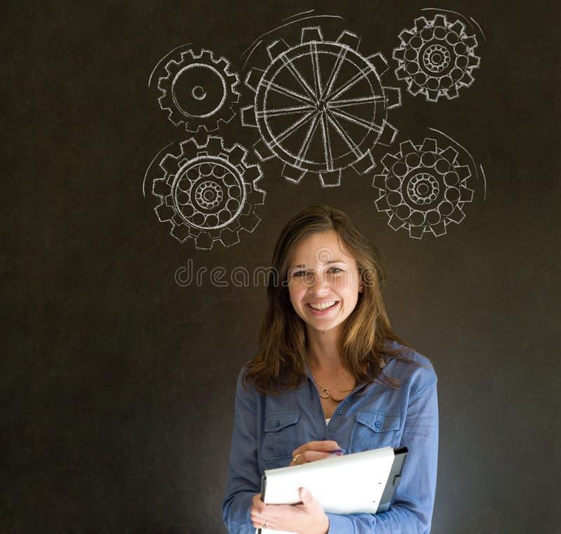 Женщина думая с поворачивая cogs или шестернями шестерни стоковое изображение rf