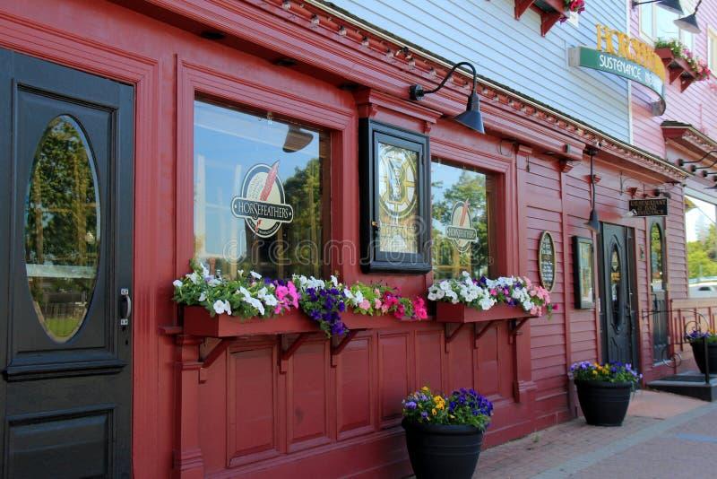 Привлекательные красные и черные внешние витрины магазина, с приветствующими знаками прийти внутри, ресторан Horsefeathers, север стоковая фотография