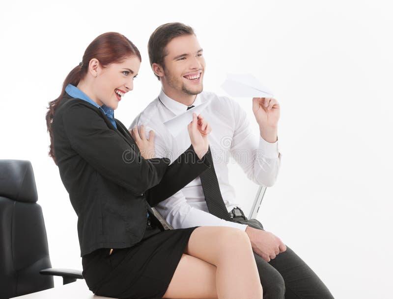 Привлекательные молодые пары сидя на таблице. стоковая фотография rf