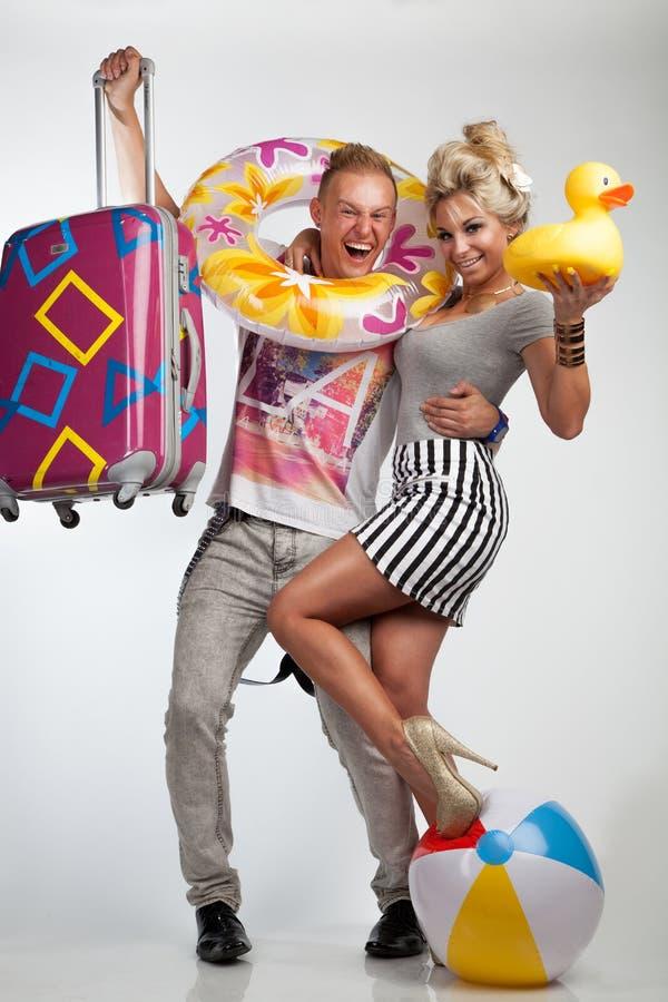 Привлекательные пары в настроении праздника стоковые изображения rf