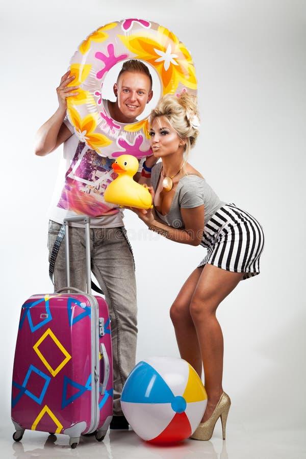 Привлекательные пары в настроении праздника стоковые фотографии rf