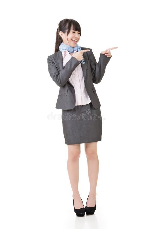 Привлекательные показ или указывать бизнес-леди стоковое фото rf