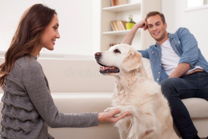 Привлекательные супруг и жена с их милым щенком стоковое изображение rf
