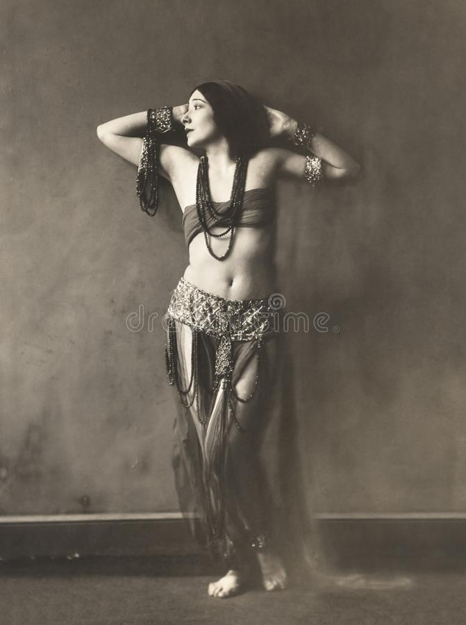 привлекательные танцульки танцора танцульки живота одевают восточный помеец девушки стоковое изображение rf