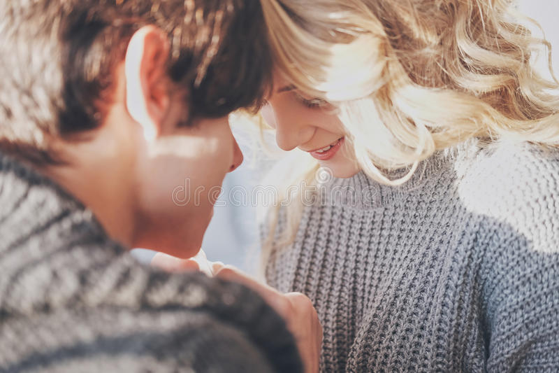 Привлекательные человек и женщина в прижиматься спальни совместно милый стоковое фото rf