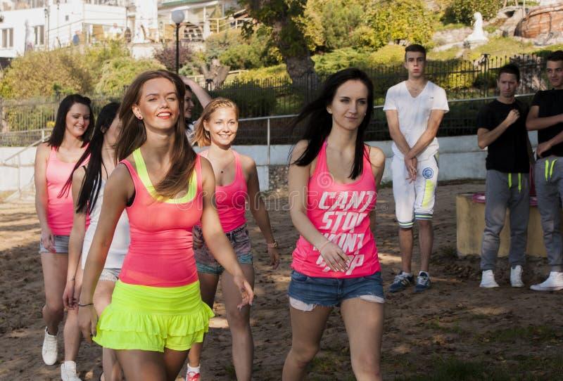 Привлекательные women's работая во время зажима музыкальное видео стрельбы стоковое изображение rf