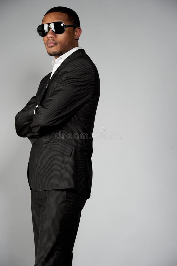 Привлекательный Афро-американский мужчина в костюме стоковые изображения rf