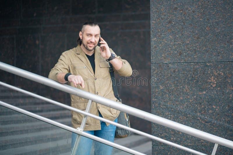 Привлекательный бизнесмен говоря на smartphone стоковое изображение rf