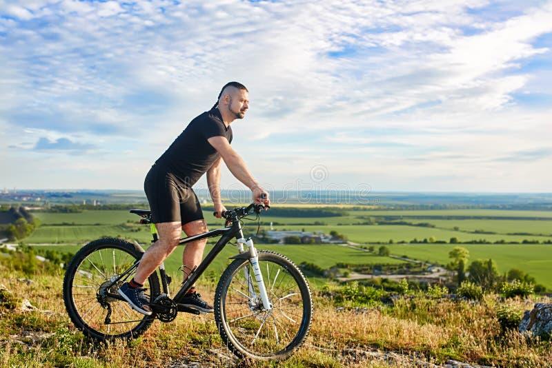 Привлекательный велосипедист ехать велосипед на красивом tril горы лета стоковые фотографии rf