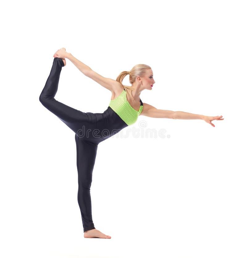 Привлекательный женский гимнаст работая на студии стоковое фото