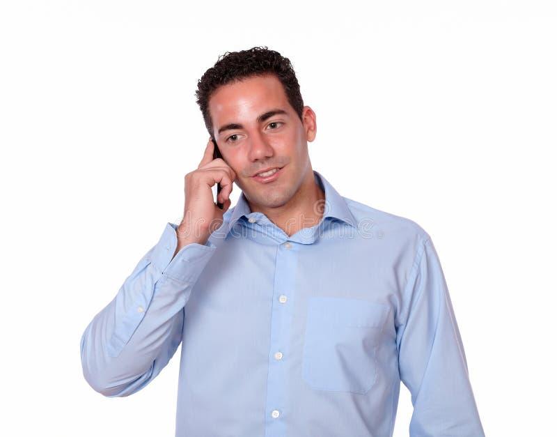 Привлекательный молодой человек говоря на его мобильном телефоне стоковые фотографии rf