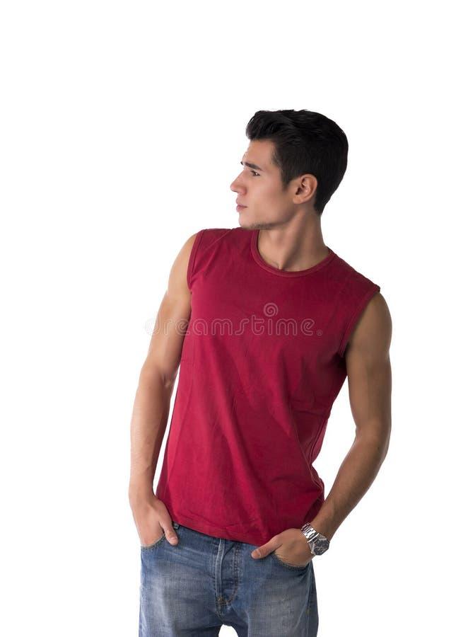 Привлекательный молодой человек смотря к стороне на пустом пространстве рядом с ним, изолированный на белизне стоковое изображение