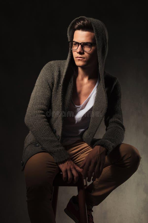Привлекательный молодой человек смотря отсутствующий пока думающ стоковая фотография rf