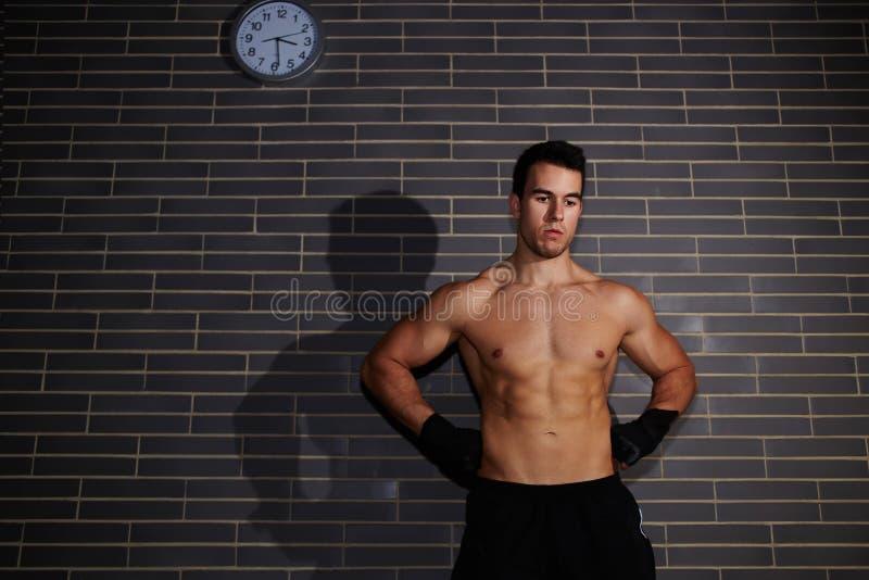 Привлекательный молодой человек с сексуальный подбрюшный смотреть вниз стоковое изображение rf