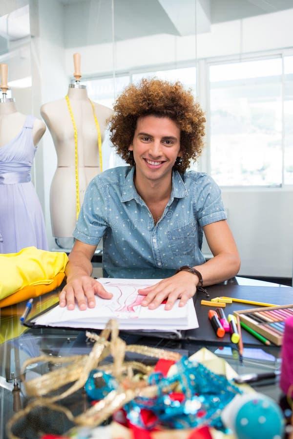 Привлекательный мужской делать эскиз к модельера стоковое изображение rf