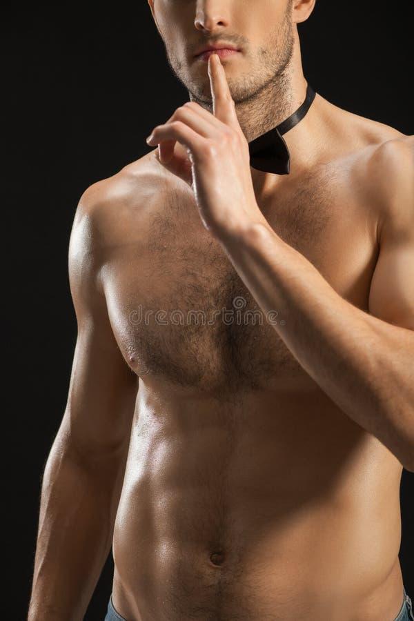 Привлекательный парень пригонки просит безмолвие стоковое изображение
