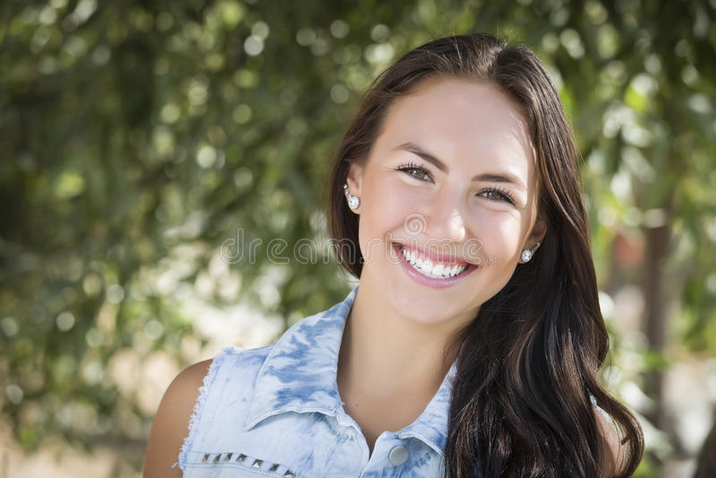 Привлекательный портрет девушки смешанной гонки стоковое фото