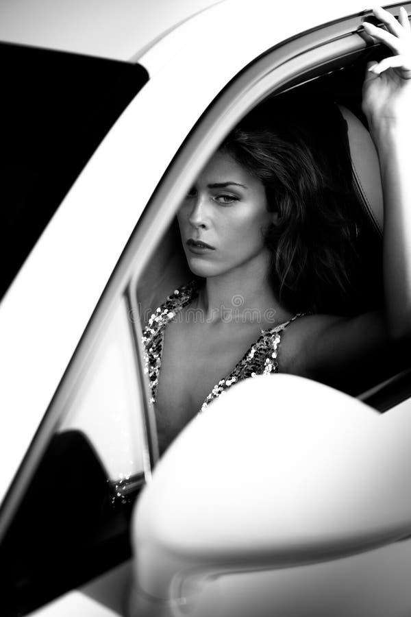 Привлекательный портрет моды молодой женщины в автомобиле стоковые изображения rf