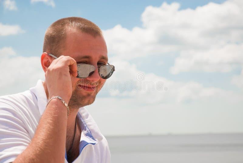 Download Привлекательный усмехаться человека Стоковое Изображение - изображение насчитывающей природа, мужчина: 33733689