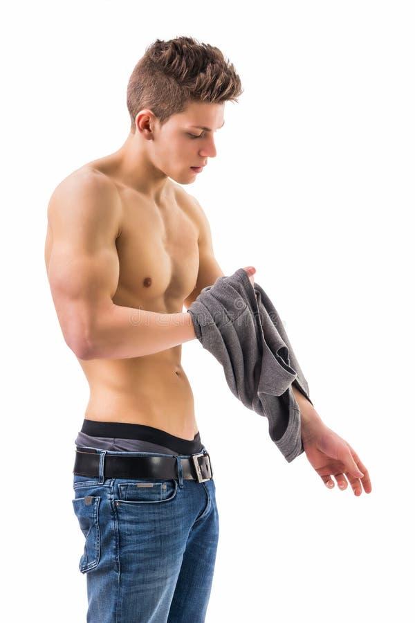 Привлекательный ультрамодный молодой человек раздевая стоковое фото