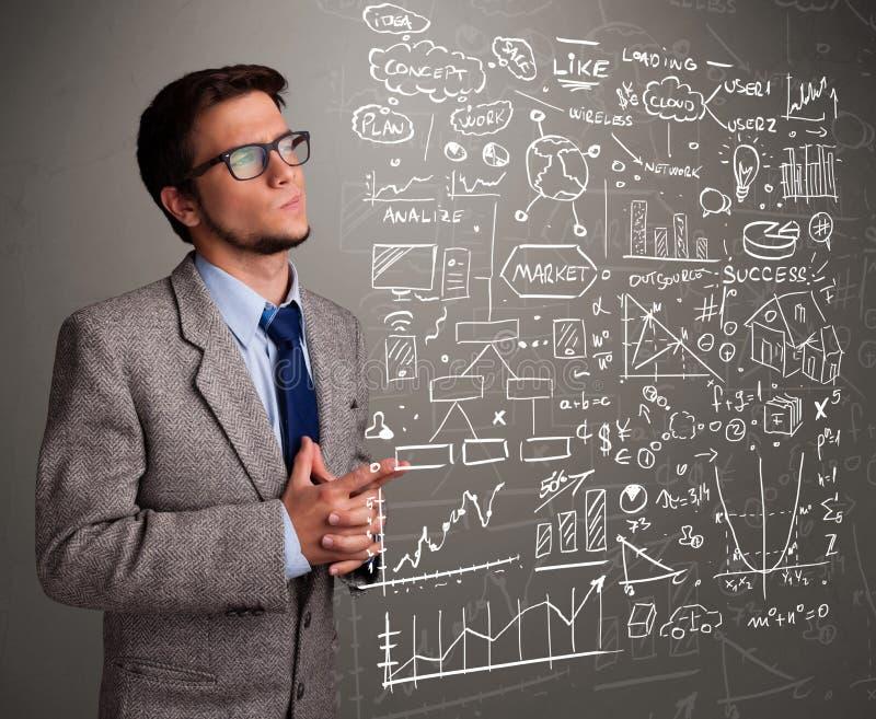 Привлекательный человек смотря диаграммы и символы фондовой биржи стоковая фотография