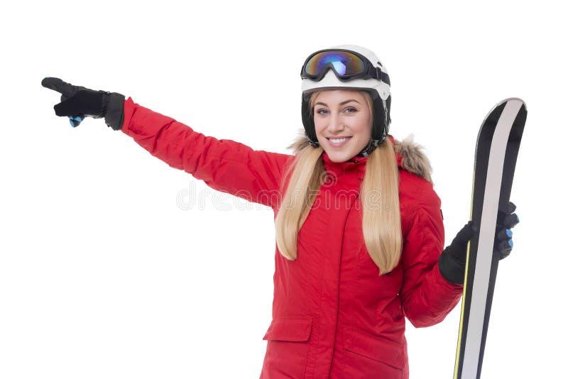 Привлекательный лыжник девушки на белой предпосылке стоковое изображение