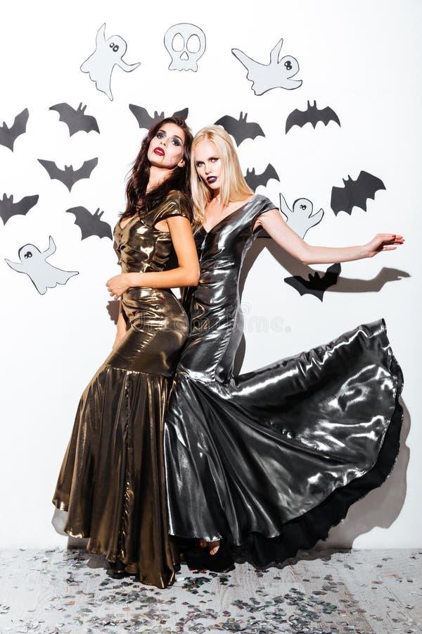 2 привлекательных женщины с готическим составом вампира дальше helloween партия стоковое изображение
