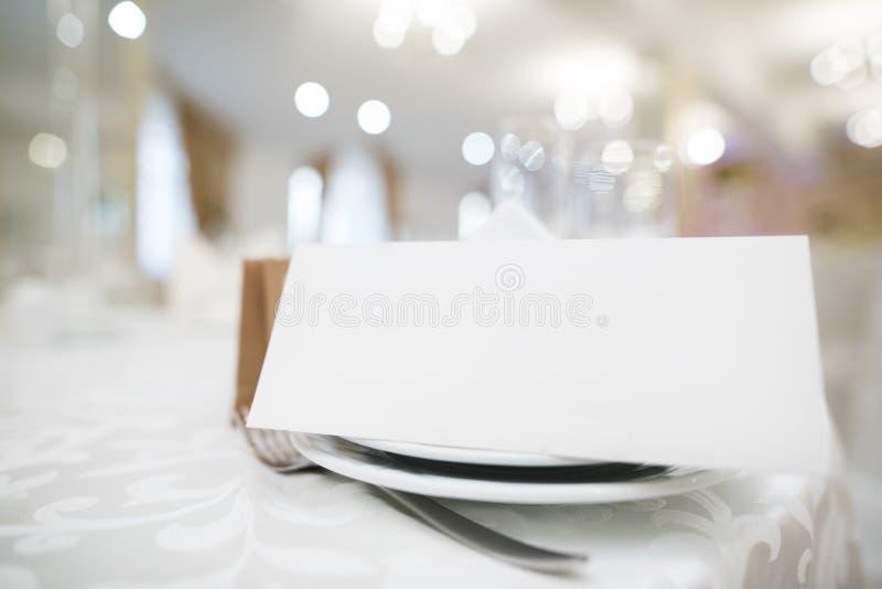 Приглашение свадьбы с модель-макетом на таблице церемонии стоковая фотография rf