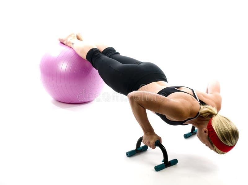 пригодность штанг шарика нажимает вверх женщину стоковые фото