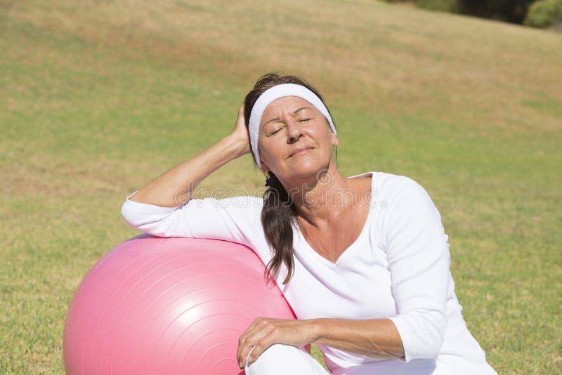 Пригонка и внешнее sporty старшей женщины расслабленное стоковые изображения rf