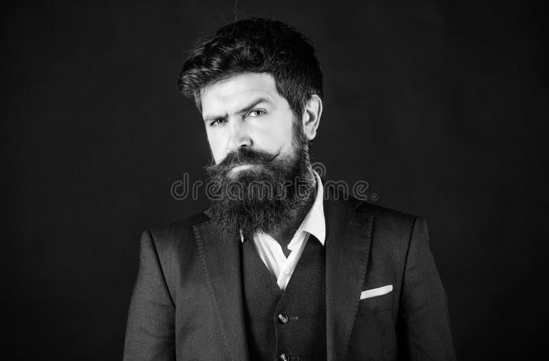 Пригонки идеальные Бизнесмен в костюме Мужская официальная мода Хипстер стильного аналитика деловой активности зверский кавказски стоковое изображение rf