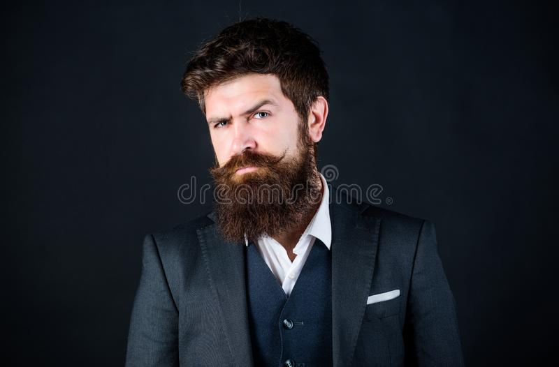 Пригонки совершенные Бизнесмен в костюме Мужская официальная мода Хипстер стильного аналитика деловой активности зверский кавказс стоковое изображение rf
