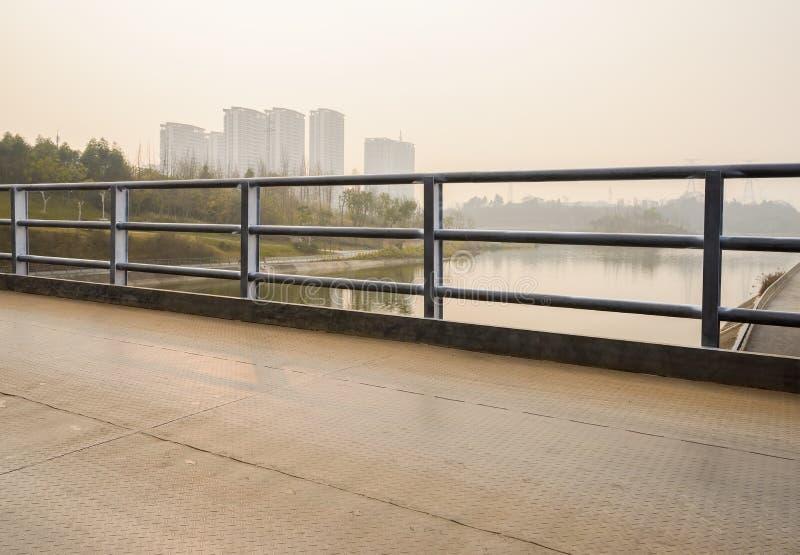 Пригородный мост с guardrai проезжей части и стал-трубы стальной пластины стоковые изображения rf