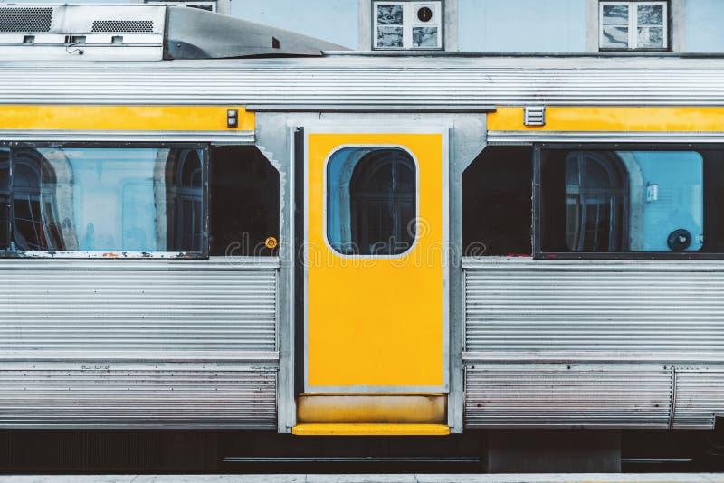 Пригородный поезд на платформе стоковое фото