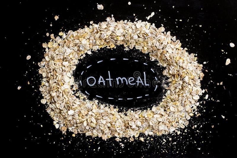 Пригорошня овсяной каши - завтрака хлопьев здорового, который нужно начать день Диета и здоровый образ жизни Взгляд сверху стоковая фотография