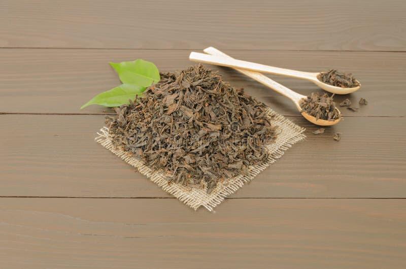 Пригорошня черного чая стоковое фото rf