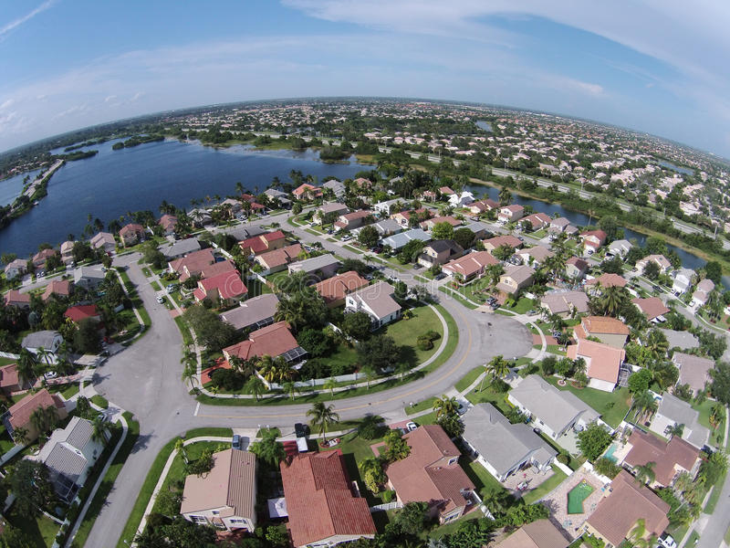Пригородные дома в антенне Флориды стоковое фото