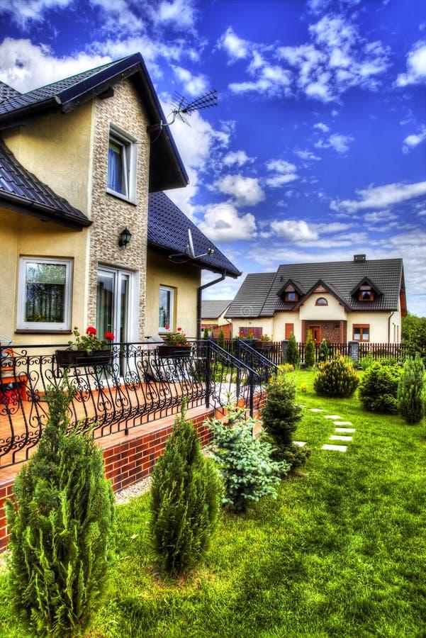 Пригородный дом с садом стоковые фото