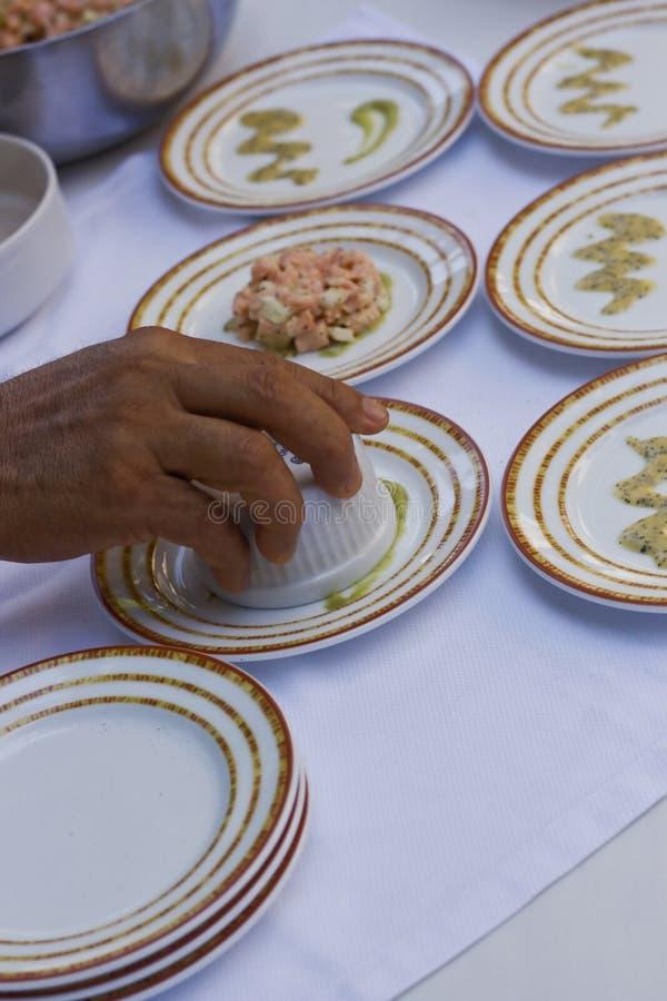 Приготовление уроков изысканной еды с малыми плитами стоковые фото