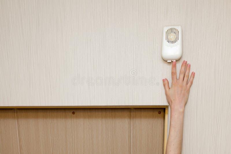 Приглушите звук в распределительной коробке на дверном звоноке стоковое фото