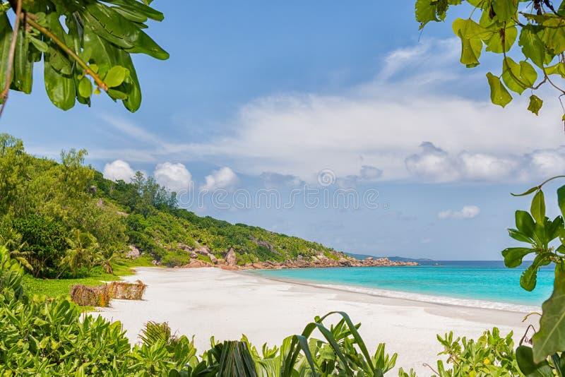 Приезжать к маленькая пляжу anse стоковые изображения